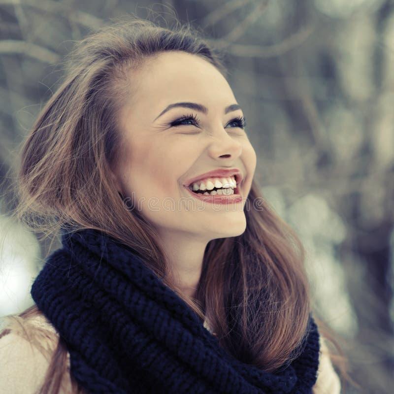 Muchacha de risa hermosa joven en el invierno - ascendente cercano fotos de archivo