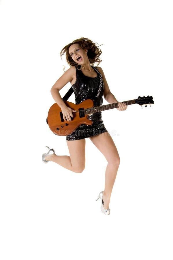 Muchacha de salto de la guitarra de la roca de Glam fotos de archivo