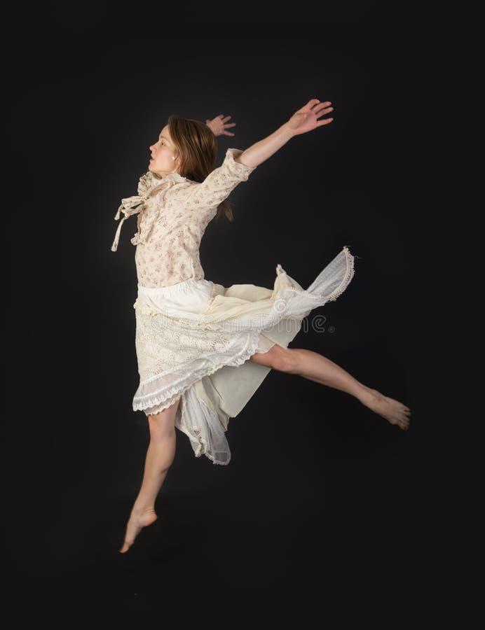 Muchacha de salto en un vestido fotos de archivo