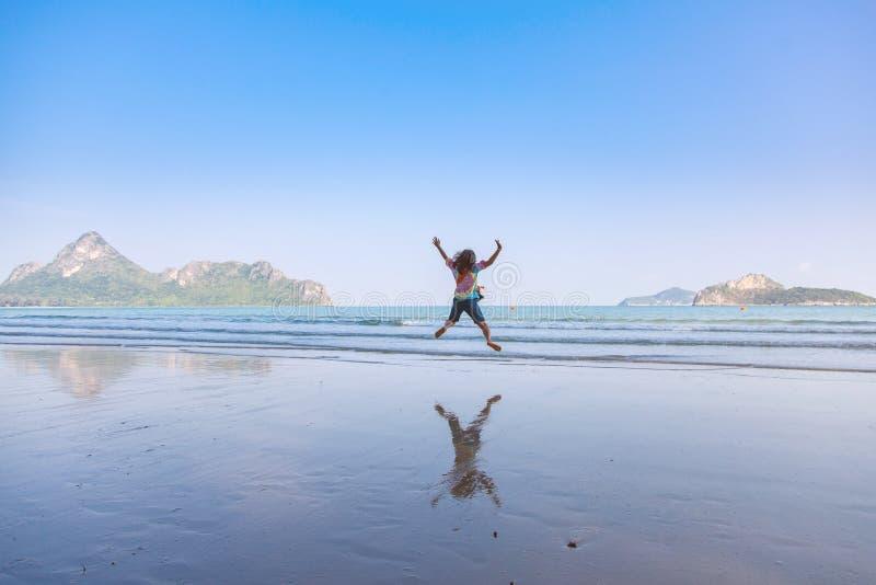 Muchacha de salto, muchacha hermosa que salta en la playa foto de archivo libre de regalías