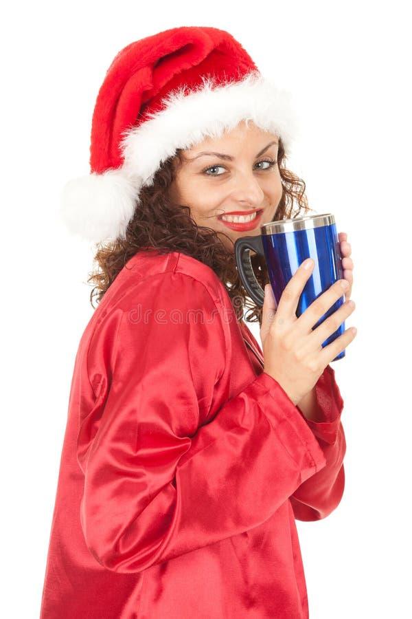 Muchacha de Santa en sombrero de la Navidad con la taza azul grande imagen de archivo libre de regalías