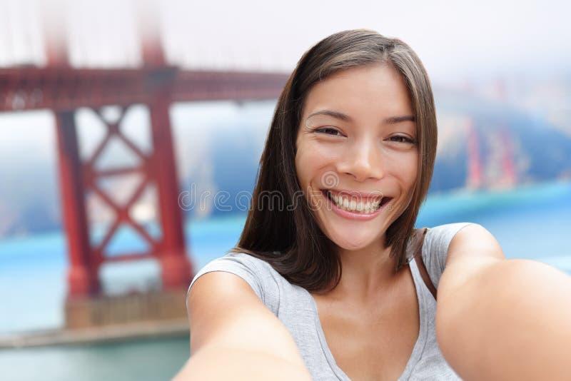 Muchacha de Selfie en viaje del puente de San Francisco Golden imagen de archivo