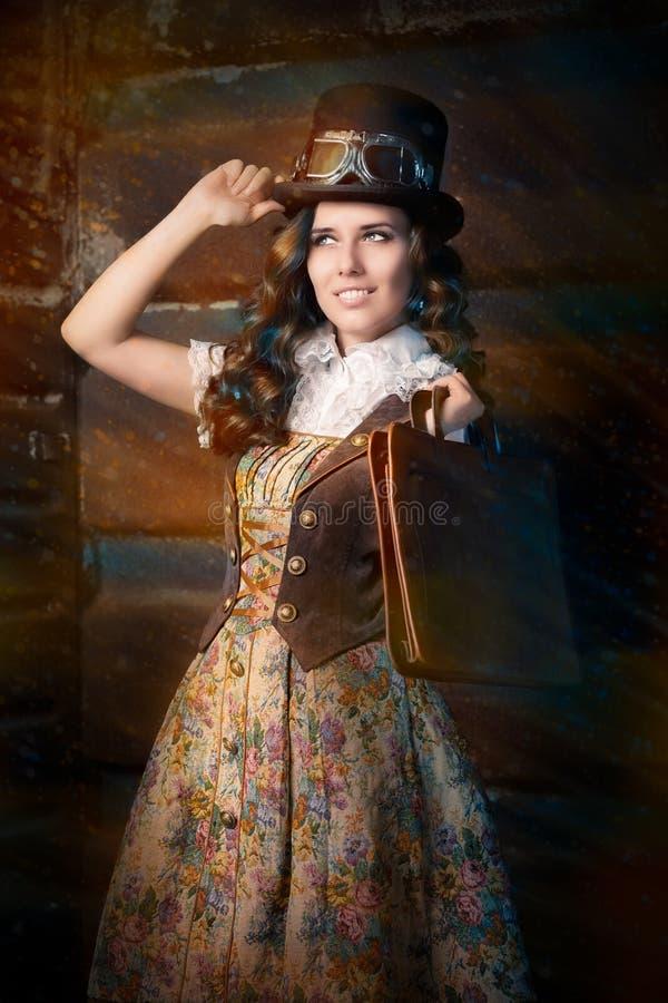 Muchacha de Steampunk con el bolso de cuero de la cartera fotografía de archivo libre de regalías