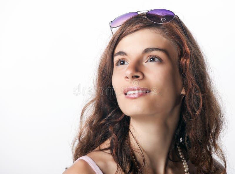 Muchacha de sueño con las gafas de sol púrpuras imagenes de archivo