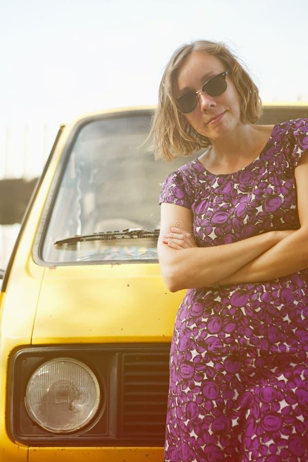 Muchacha de sueño que se inclina en la furgoneta fotografía de archivo libre de regalías