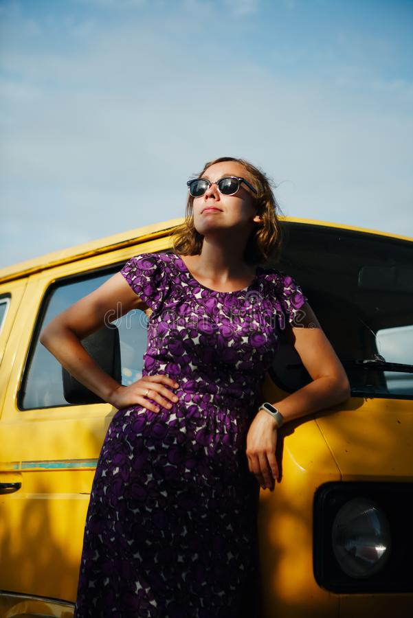 Muchacha de sueño que se inclina en la furgoneta foto de archivo libre de regalías
