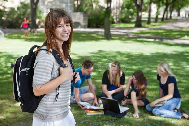 Muchacha de universidad joven en el campus de la universidad imagenes de archivo