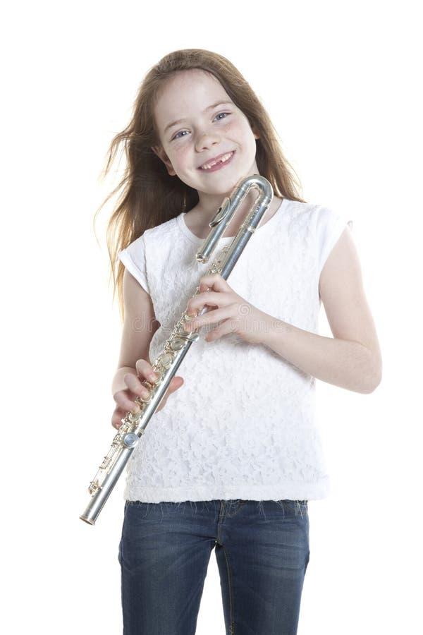 Muchacha de Youn con el pelo y la flauta marrones el sostenerse imagenes de archivo