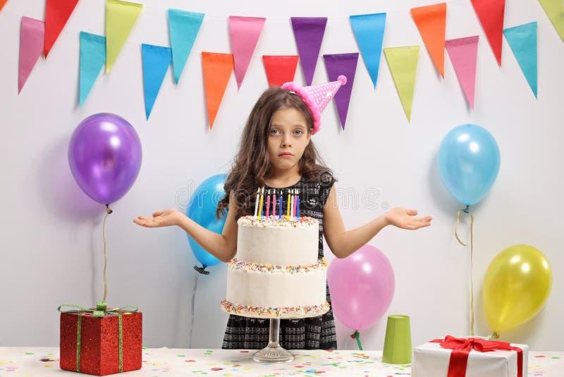 Muchacha decepcionada con una torta de cumpleaños imágenes de archivo libres de regalías