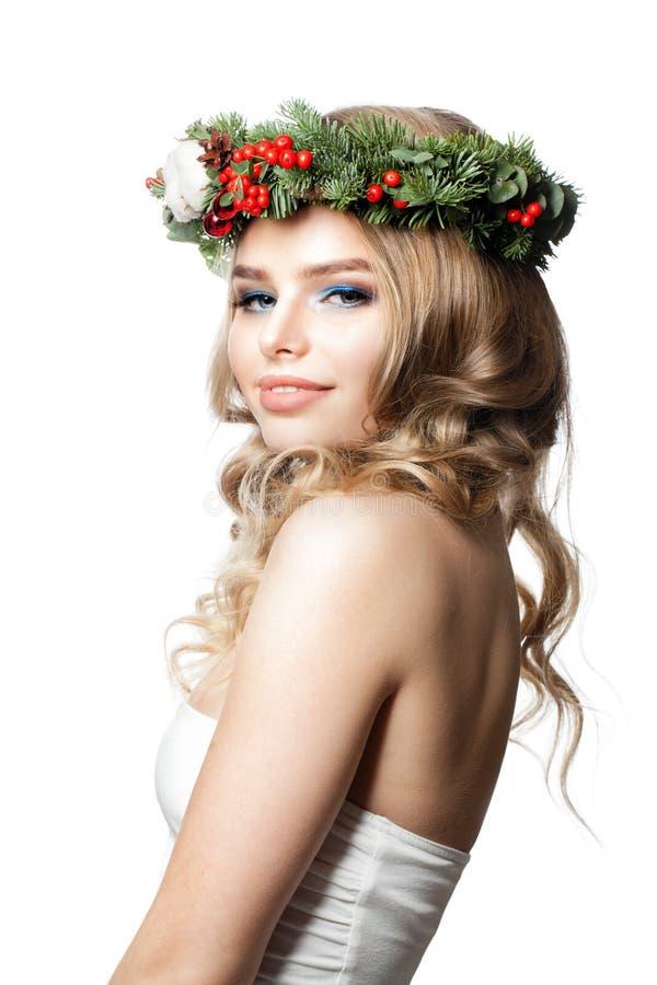 Muchacha del Año Nuevo Modelo de moda feliz de la mujer con el peinado rizado imagenes de archivo