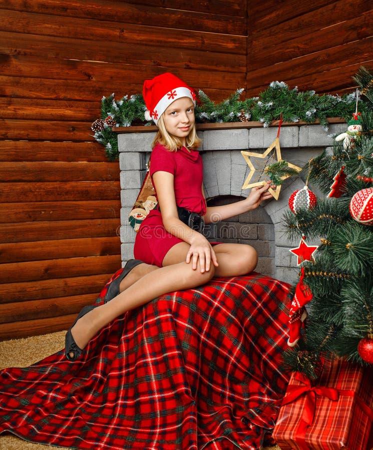 Muchacha del adolescente cerca del árbol de navidad imágenes de archivo libres de regalías
