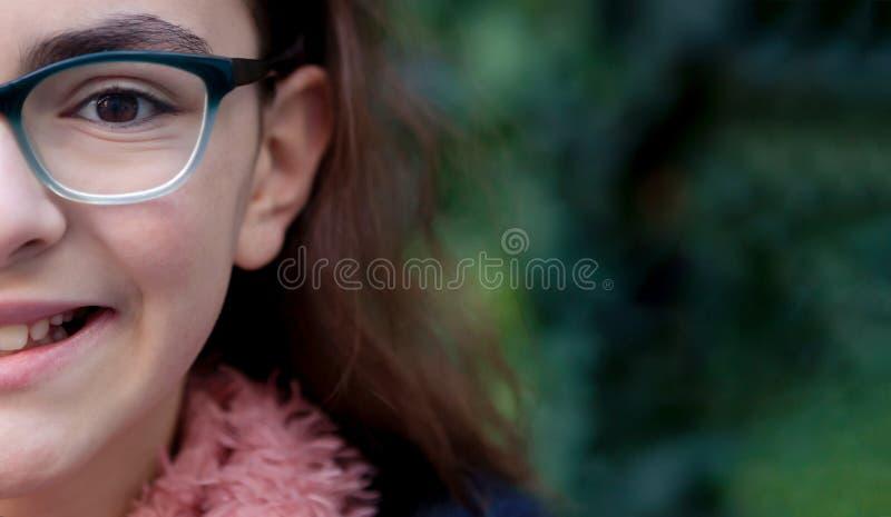 Muchacha del adolescente con la bufanda en el jardín foto de archivo