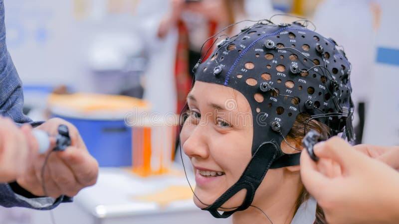 Muchacha del adolescente con las auriculares médicas del eeg fotografía de archivo libre de regalías