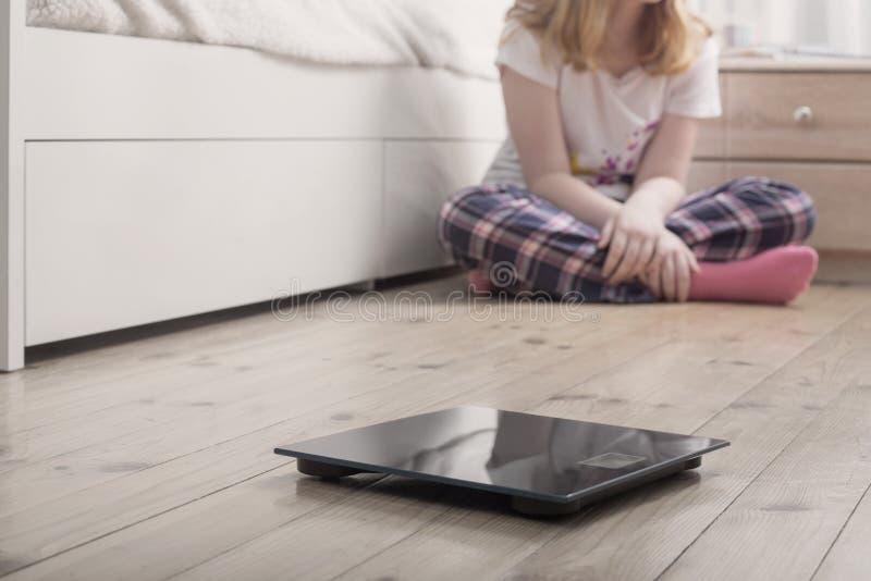muchacha del adolescente con las escalas en piso imagenes de archivo