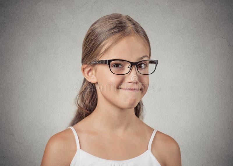 Muchacha del adolescente con los vidrios que parecen sospechosos, escéptico imágenes de archivo libres de regalías