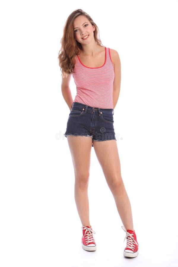 Muchacha del adolescente en cortocircuitos del dril de algodón y sonrisa feliz del chaleco imagen de archivo