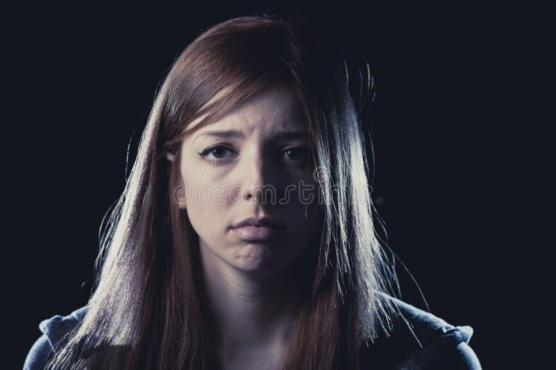 Muchacha del adolescente en la depresión sufridora de la tensión y del dolor triste y asustada en la expresión de la cara del mie foto de archivo