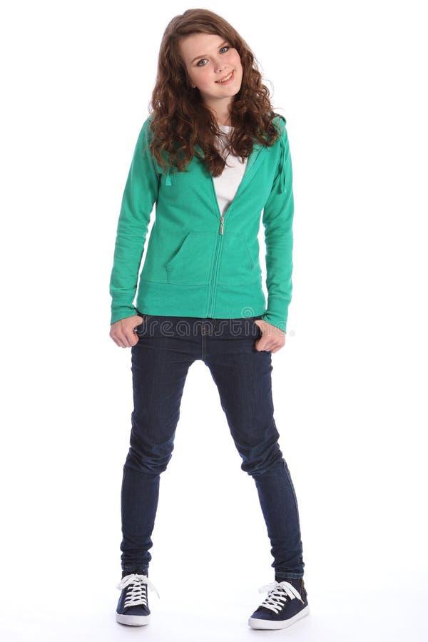 Muchacha del adolescente en pantalones vaqueros y hoodie con sonrisa grande imagen de archivo