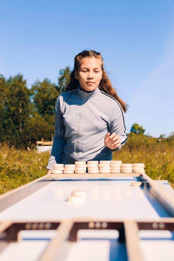 Muchacha del adolescente que juega al juego de mesa fotografía de archivo
