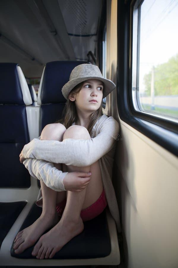Muchacha del adolescente que se sienta en el carrige foto de archivo libre de regalías