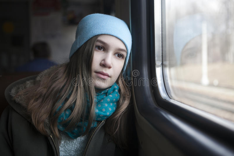 Muchacha del adolescente que se sienta en el carro fotografía de archivo