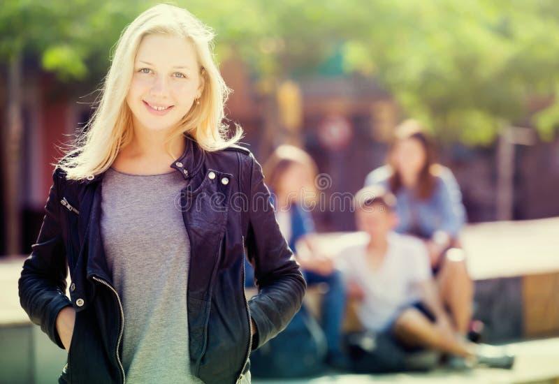 Muchacha del adolescente que sonríe y que se coloca fotos de archivo
