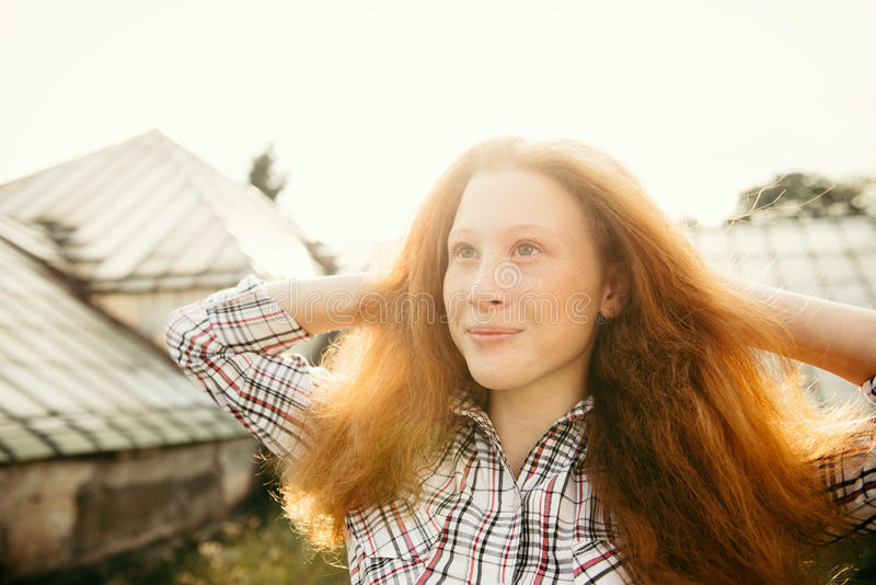 Muchacha del adolescente sobre la luz del sol al aire libre que se divierte fotos de archivo libres de regalías