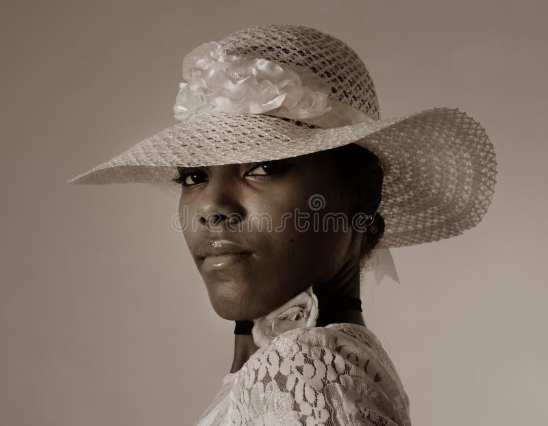 Muchacha del afroamericano que desgasta un sombrero imagen de archivo