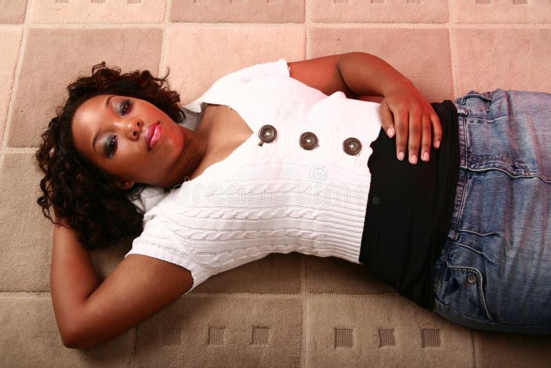 Muchacha del afroamericano que pone O fotos de archivo