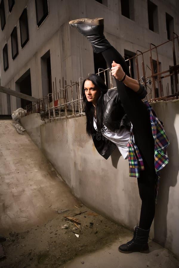 Muchacha del bailarín del hip-hop que presenta en las calles abandonadas fotos de archivo