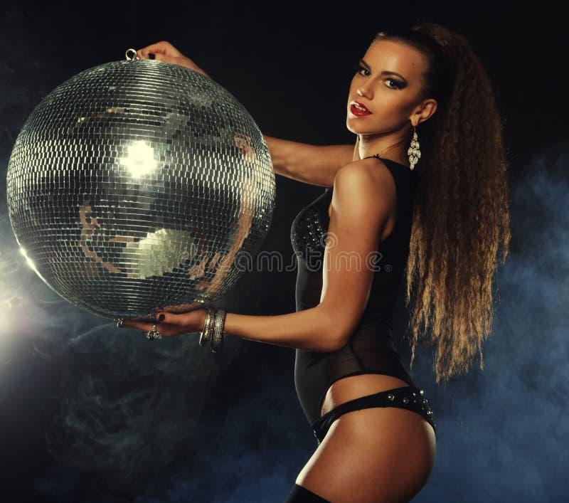 Muchacha del bailarín en humo con la bola de discoteca foto de archivo libre de regalías