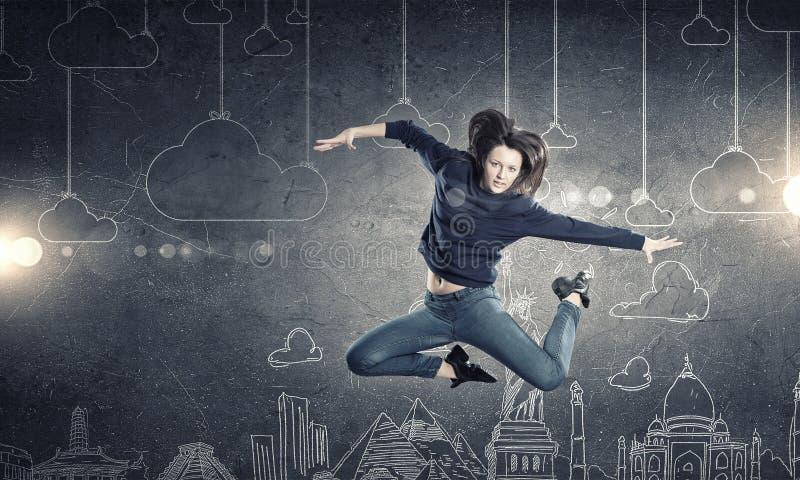 Muchacha del bailarín en salto imagen de archivo