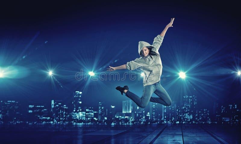 Muchacha del bailarín en salto fotografía de archivo libre de regalías