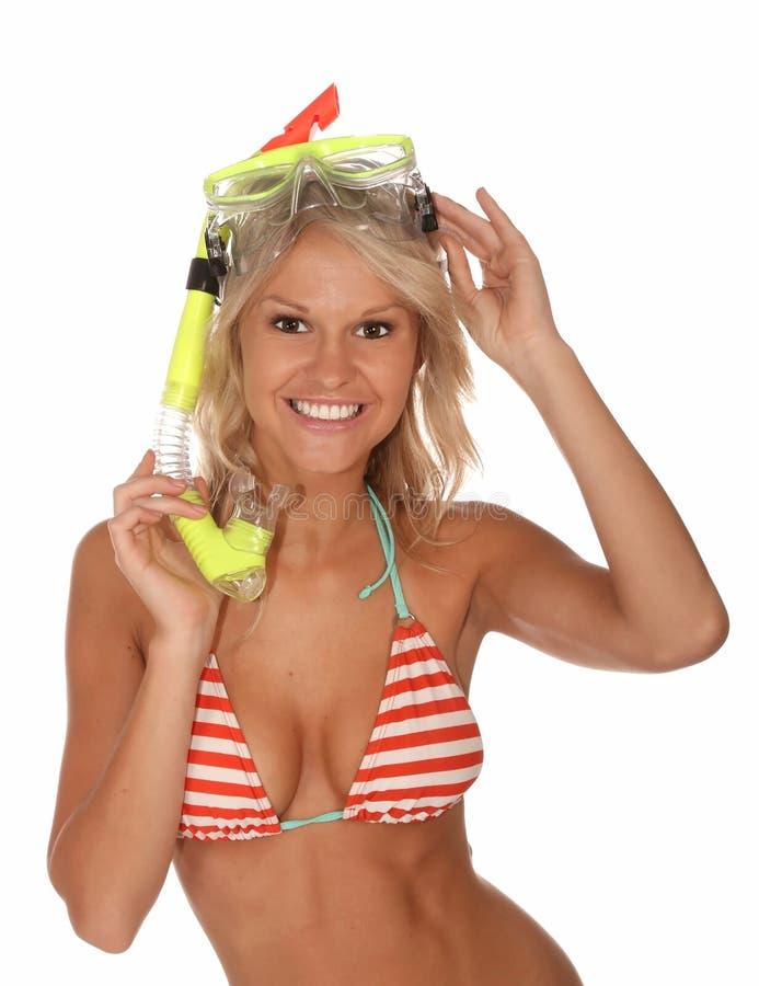 Muchacha del bikini con la máscara del equipo de submarinismo fotos de archivo