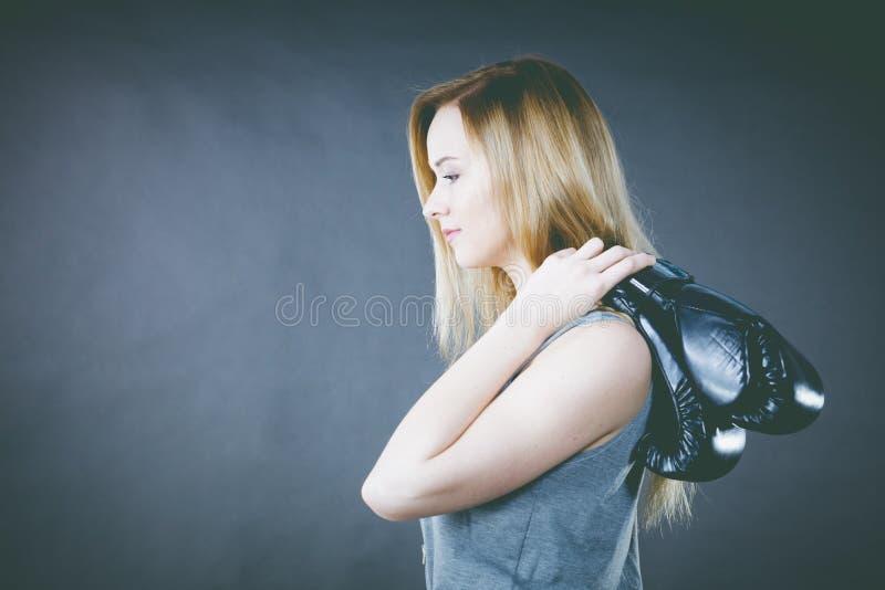 Muchacha del boxeador que sostiene guantes de boxeo fotografía de archivo