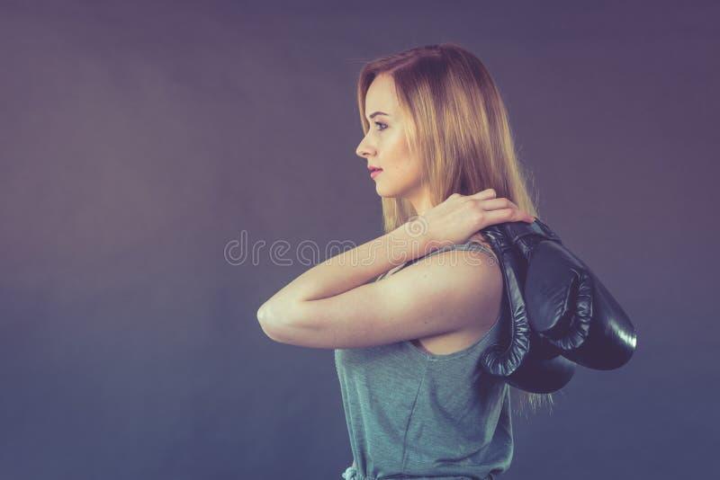 Muchacha del boxeador que sostiene guantes de boxeo fotos de archivo libres de regalías