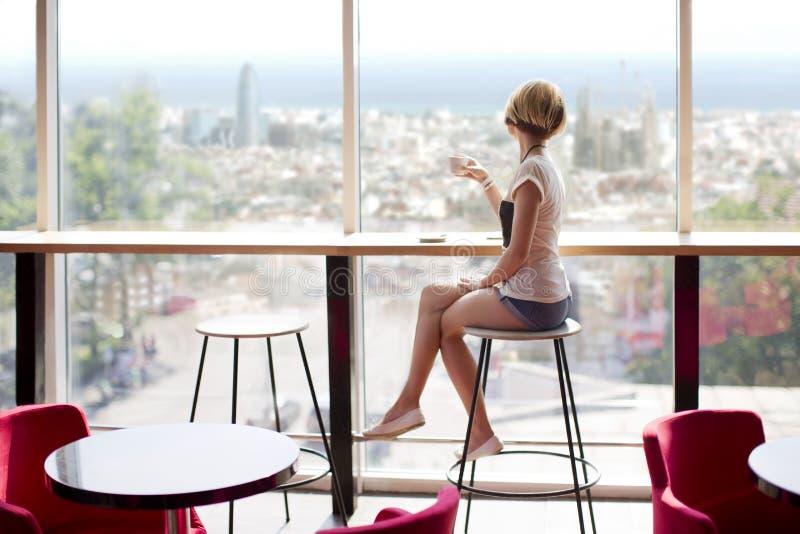 Muchacha del café en Barcelona imagen de archivo