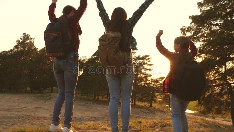 Muchacha del caminante tres muchachas viajan, caminan a través del bosque para subir la colina para disfrutar y para aumentar sus imágenes de archivo libres de regalías