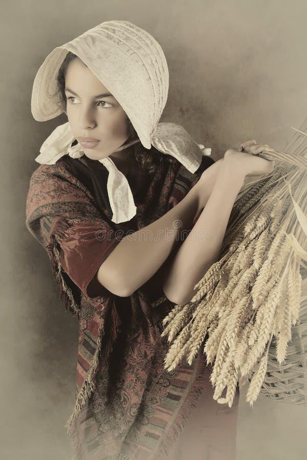 Muchacha del campesino del vintage imagenes de archivo