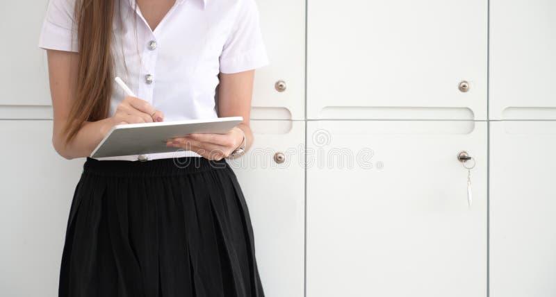 Muchacha del collage que usa la tableta fotos de archivo libres de regalías
