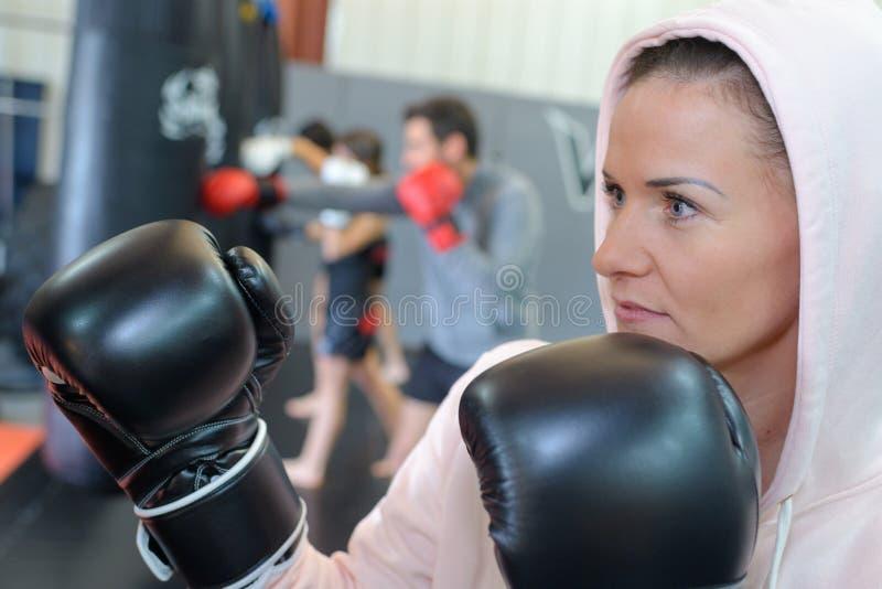Muchacha del combatiente en gimnasio con el bolso del boxeo imagen de archivo libre de regalías