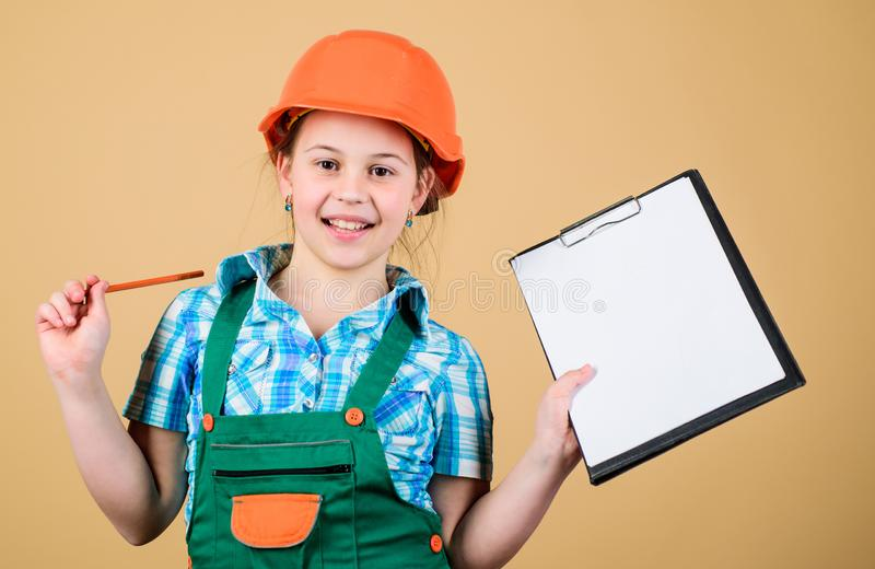 Muchacha del constructor del niño Construya su futuro Trabajador preliminar del constructor del casco de la muchacha del niño Des imagen de archivo libre de regalías