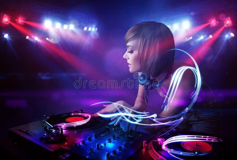 Muchacha del disc jockey que juega música con efectos del haz luminoso sobre etapa stock de ilustración