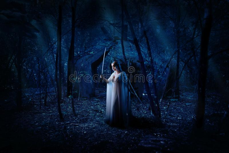 Muchacha del duende en la versión del bosque de la noche fotos de archivo