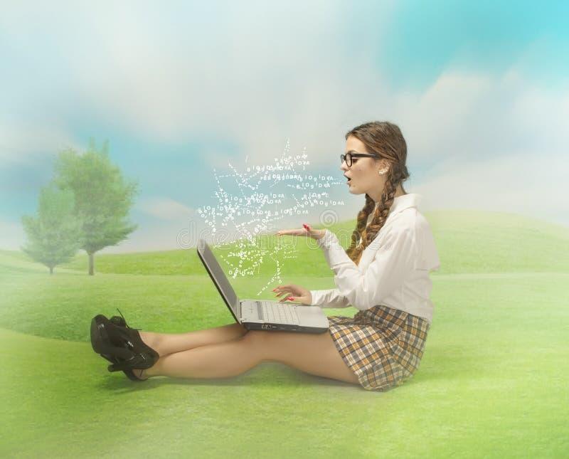 Muchacha del empollón blogging en un lugar al aire libre imagenes de archivo