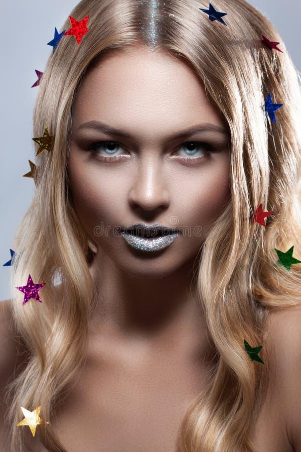 Muchacha del encanto de la belleza de la moda Estrellas metálicas multicoloras en su pelo imagen de archivo