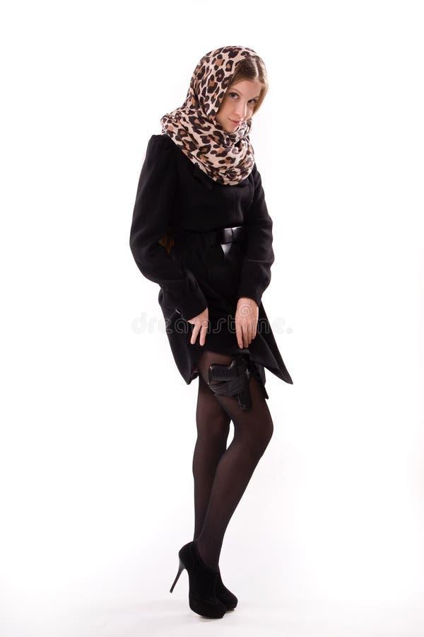 Muchacha del espía en un negro con el arma fotos de archivo