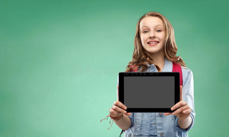 Muchacha del estudiante con el bolso y la tableta de escuela fotos de archivo libres de regalías