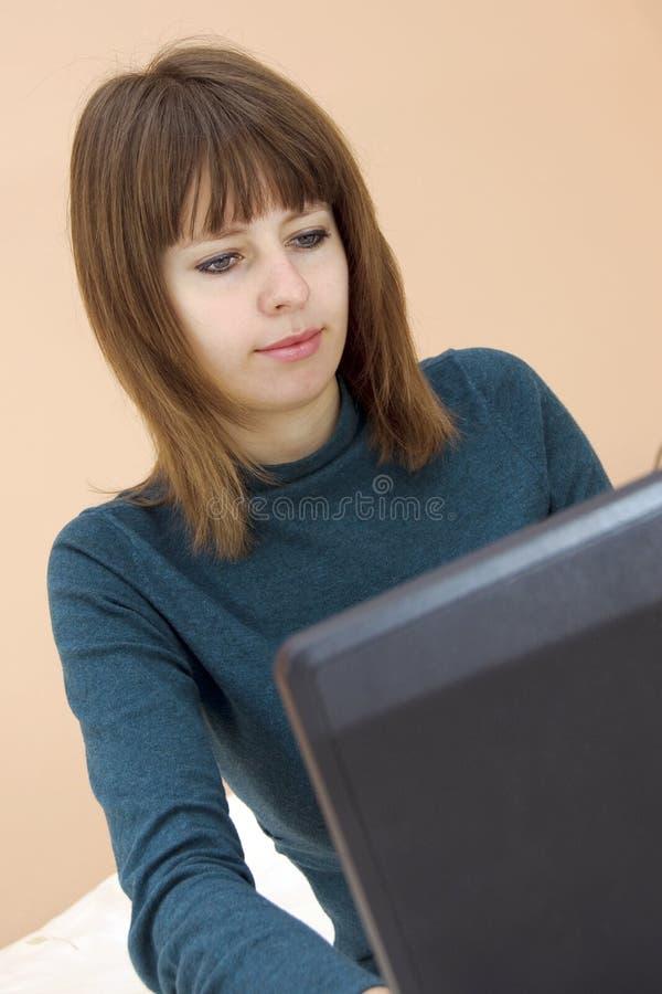 Muchacha del estudiante con la computadora portátil imágenes de archivo libres de regalías