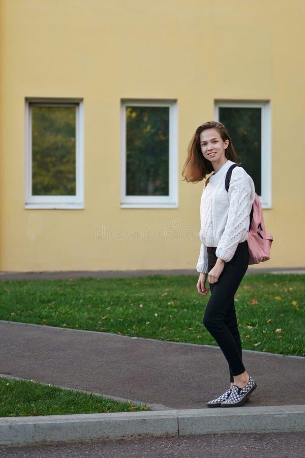 Muchacha del estudiante con la mochila foto de archivo libre de regalías